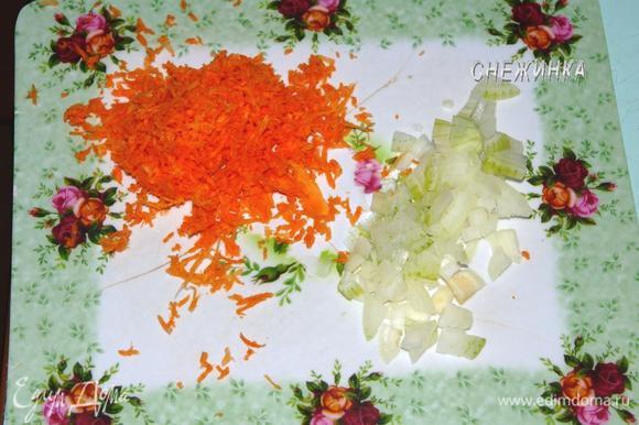 Луковицу мелко нарезать. Морковь измельчить на сырной терке.
