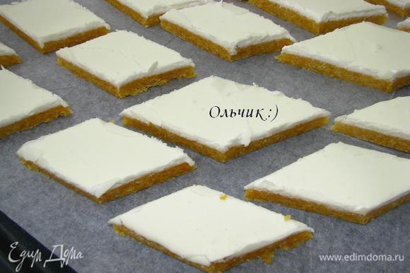 Основу осторожно разрезаем на ромбики (во Франции это лакомство готовят в специальных формочках).