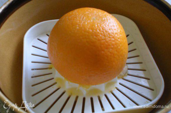 Затем выжать из апельсинов сок.