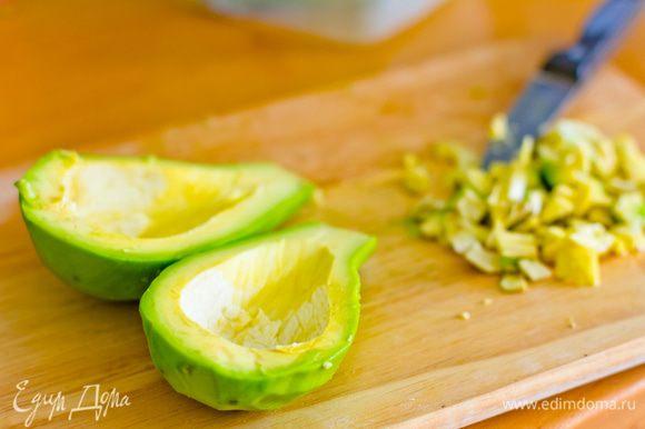 Срезаем с авокадо кожуру, аккуратно разрезаем авокадо на две части, вынув кость. Делаем углубление, срезам верхнюю часть мякоти. Вырезанную мякоть измельчаем