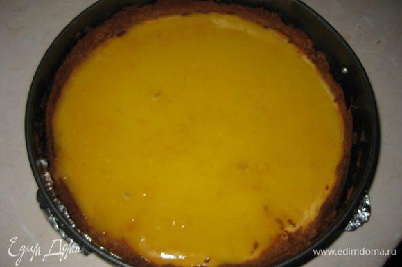 Немного остывший курд выливаем на сырник и ставим в холодильник на несколько часов. После этого освобождаем сырник из формы.