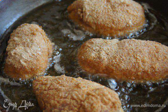 Нагреваем сковороду, добавляем туда достаточно много подсолнечного масла, опять же нагреваем и начинаем жарить котлеты на среднем огне.