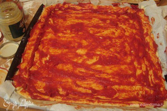 смазываем тесто томатной пастой, горчицей и перчиком (у меня это паста из паприки, привозили из Венгрии, может, у нас тоже что-то такое есть)