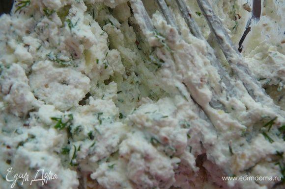 К орехам рубленным добавить свежий рубленный чеснок,фету или брынзу,по желанию небольшой зубчик рубленного чеснока.Вилкой все перемешать,раздавив сыр.