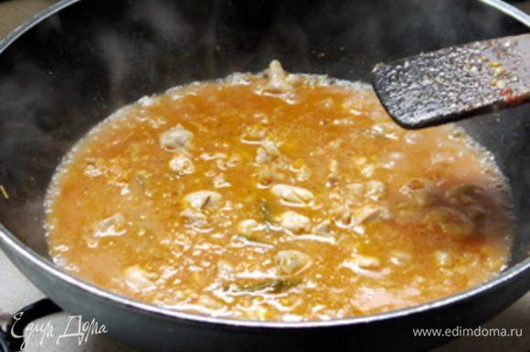 Добавить или мелко порезанные помидоры или томатное пюре. Влить немного воды и тушить на слабом огне около 20 минут.