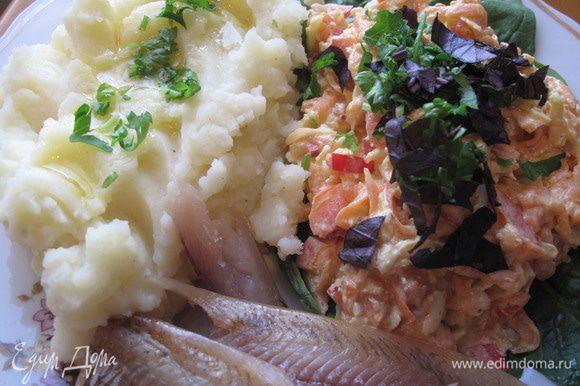 К этому салату «на гарнир» изумительно подошло картофельное пюре и копчёная ряпушка. Приятного аппетита!