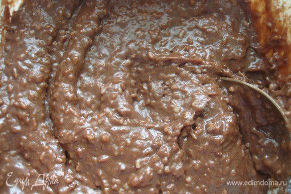 Ровно половину теста перелить в другую емкость и в одну из частей добавить какао. Затем в каждую из частей добавить по неполному, заполненному на 2/3 стакана муки.