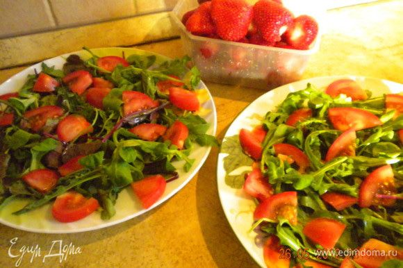 """Нарезать помидорки черри и выложить на салатные листья """"по кругу"""" и неувлекаясь на салатную подушку (я забыла купить черри,поэтому просто тоненько порезала обычные помидоры)."""
