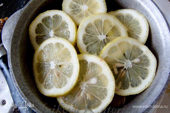 Выложить долму в тару. Сверху положить дольки лимона и залить водой. Поставить на медленный огонь и варить 40-50 минут.