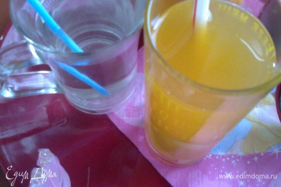 Вот такие два стаканчика освежающего напитка можно приготовить в жару!