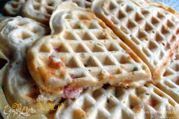 Смазать с помощью кисточки вафельницу растительным маслом. Выложить тесто и выпекать вафли до румянца. Подавать со сметанкой. Приятного аппетита!