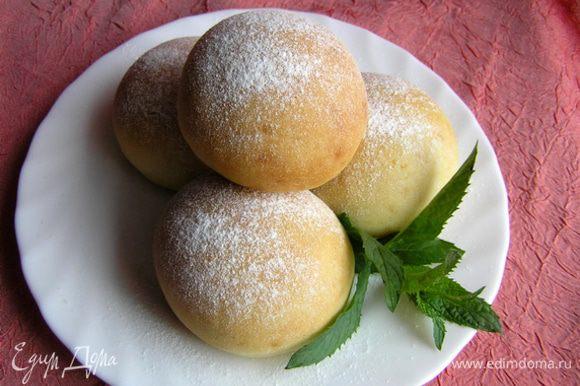 Десертные булочки перед подачей можно посыпать сахарной пудрой.