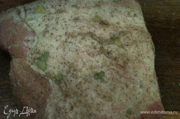 Натереть мясо солью и Вашими любимыми специями (я всегда использую только черный перец и измельченный лавровый лист)...