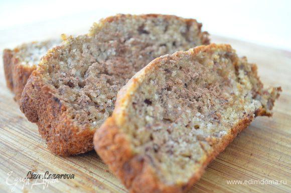 Форму смазать сливочным маслом. Для пущей уверенности, можно в нее положить бумагу для выпечки, но у меня хлеб и так отлично вытащился) Выложить смесь в форму. Выпекать 30 минут при температуре 180 градусов.