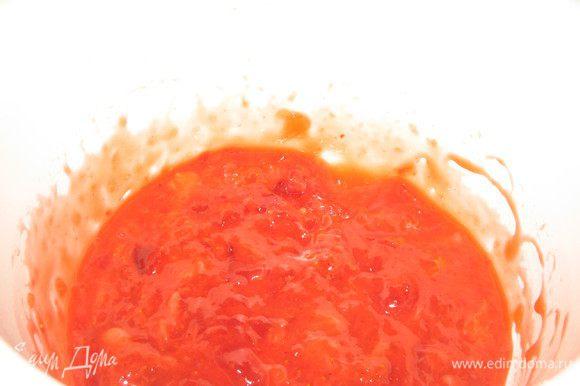 Клубничная прослойка:Слегка размять клубнику ,положить в сотейник добавить воду,сахар,крахмал,лимонный сок и перемешать,чтобы жидкость впиталась.Поставить на огонь и дать прогреться секунд 30 постоянно помешивая.Переложить в миску чтобы полностью охладить.