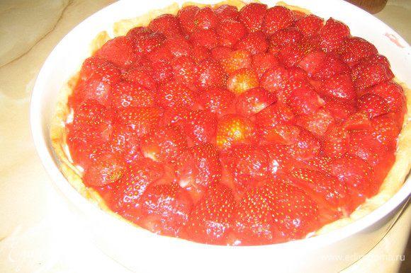 Начинаем собирать тарт:На тесто слой творожной массы,слой сваренной клубники.Сверху свежую клубнику порезанную на кусочки.