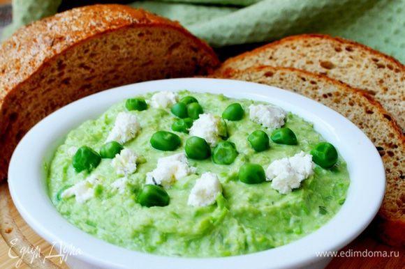 При подаче посыпать горошком и кусочками сыра.Очень вкусно такой паштет намазать на ржаной хлеб или на поджаренные гренки из белого хлеба.Приятного аппетита!