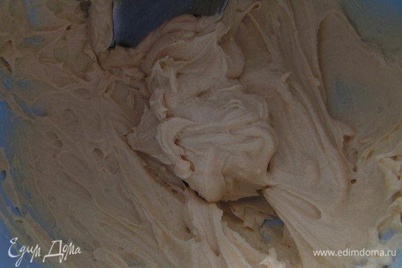 Крем: творожную массу взбить венчиком со сливочным маслом