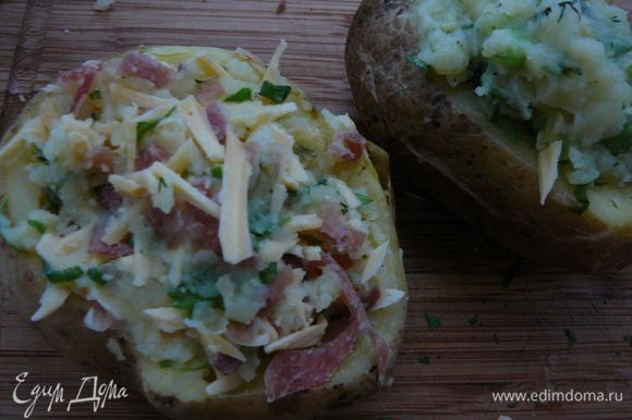 Нафаршировать начинками картофель и поставить запекать на 2-4минуты в микроволновку.