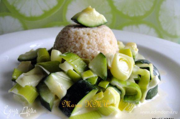 Выкладываем овощное рагу с кус-кусом на тарелочку. Приятного аппетита!
