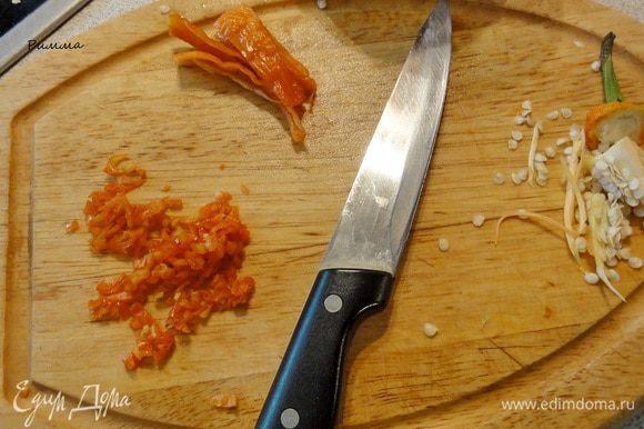 У стручка чили удалите семена, измельчите и отправьте в с сковороду. Обжаривайте еще 2 минуты.