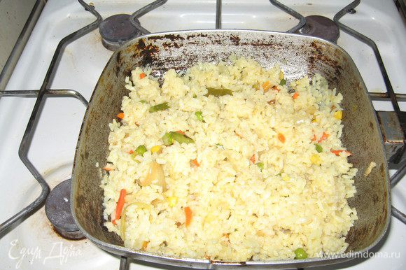 Кладём поверх овощей рис, заливаем кипятком. Воды выше риса на 2 пальца примерно. Закрываем крышкой, доводим до кипения. Готовим до тех пор, пока рис впитает воду и станет расспычатым. Рис слегка желтоват, приятен на цвет.