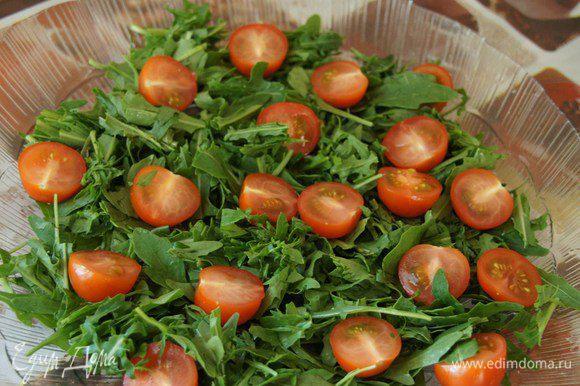 Затем выкладываем разрезанные на половинки помидорки-черри