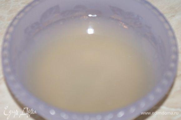 Тем временем открыть банку консервированных ананасов. Слить сок в отдельную емкость. ананасы отложить. Залить желатин ананасовым соком и оставить на 30 минут для разбухания.
