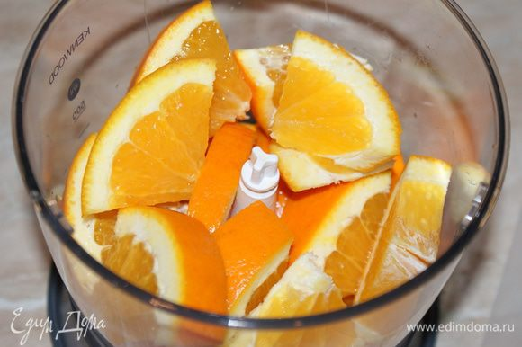 Тем временем апельсин вымыть, нарезать кусочками, удалить косточки. Выложить в блендер.