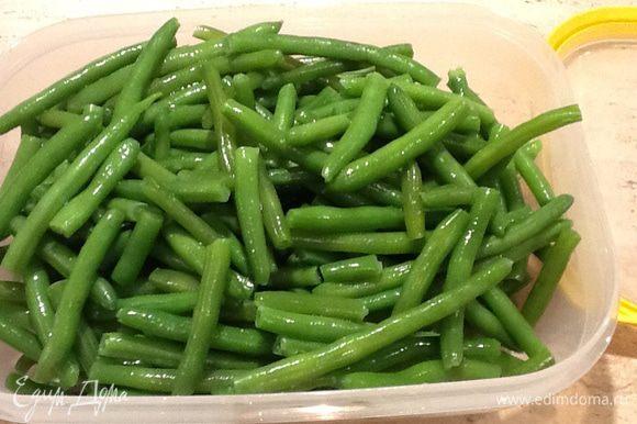 Отварить зеленую фасоль, как написано на упаковке (я 10 минут после закипания). Откинуть на дуршлаг, обдать холодной водой, дать стечь воде.