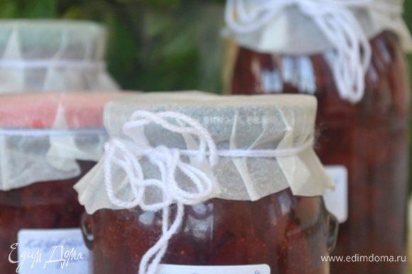 Отключить огонь, дать джему настояться 10 минут. Затем перемешайте, чтобы ягоды распределились равномерно и разложите в теплые стерилизованные банки, закупорить. Джем готов к употреблению через 2 недели. Хранить в темном, прохладном месте. Выход: 1,25 литра. Смачного!