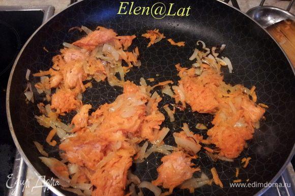 Обжарить на сковороде, нарезанный репчатый лук, тертую морковь.