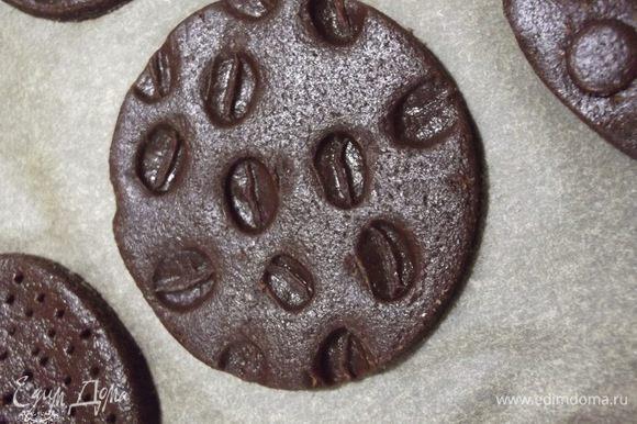 Раскатываем тесто, вырезаем круги и оформляем. Вот это сделано кофейным зерном.