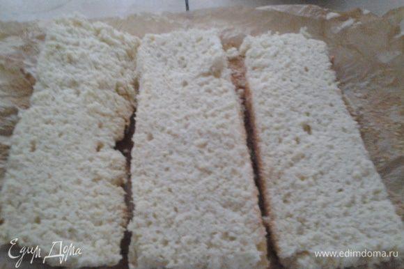 Разрезаем бисквит на 3 коржа