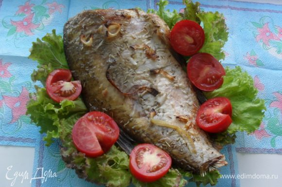Выложить рыбу на противень (я застелила фольгой), поставить в духовку. Запекать леща при температуре 180 градусов 60 минут. При подаче по желанию украсить зеленью. Приятного аппетита!