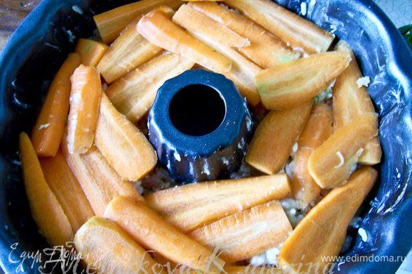 На шампиньоны выложить слой моркови, нарезанную пластинами.