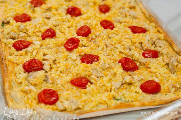 На остывшем омлетном корже равномерно распределить остывшую начинку из риса и курицы. Аккуратно разложить половинки помидоров.