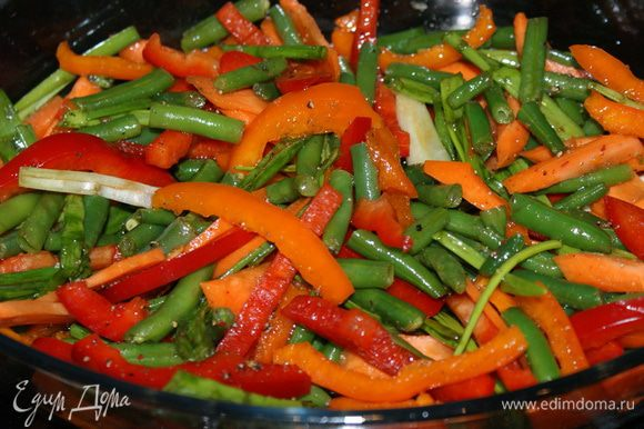 Добавить в овощи соевый соус, растительное масло, соль и перец.