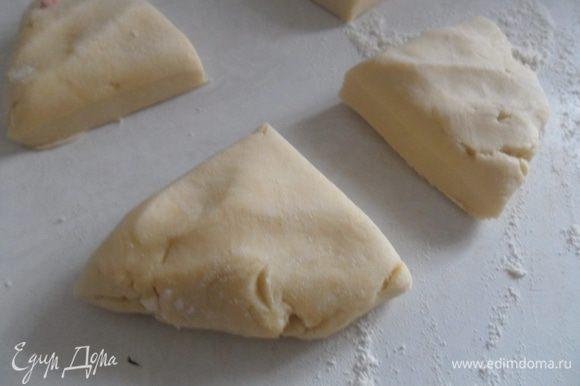 Достаем наше тесто из холодильника и делим на 4 части.