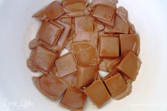 В чашку выложить шоколад, поломанный на кусочки. Поставить на водяную баню и дождаться когда шоколад начнет таять. Затем выключить огонь и оставить чашку на водяной бане до полного растопления шоколада