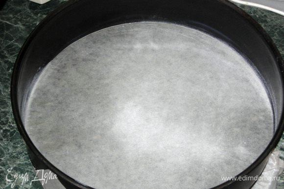 В металлическую или стеклянную миску для взбивания засыпать сахарную пудру, разбить 4 яйца + 1 белок. Из стручка вынуть семена ванили и добавить их к пудре и яйцам(можно взять ванильный сахар), добавить лимонную цедру половинки лимона и лимонный сок или соль на кончике ножа.