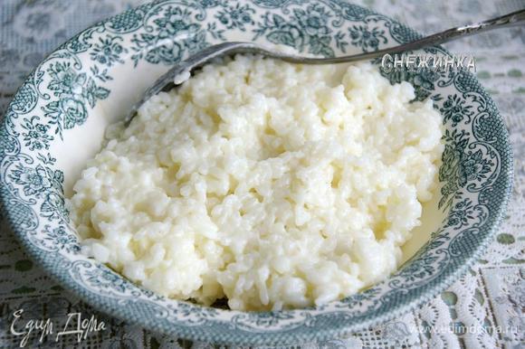 Рис промываем холодной водой, варим до готовности в воде с молоком с добавлением сои и сахара. Оставляем в кастрюле под крышкой остыть до теплого. Затем перекладываем в миску, даем окончательно остыть.