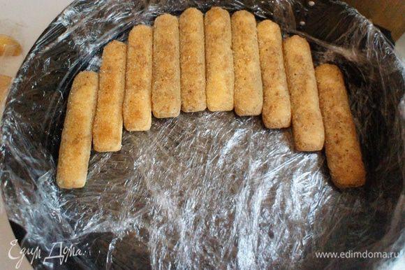 Печенье укладываем на дно формы.