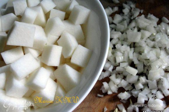 Почистить и порезать луковицу и кольраби.