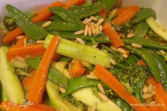 Добавляем к ним овощи, слегка прогреваем все вместе и подаем. Я подавала в качестве гарнира к рыбке. Приятного аппетита)))