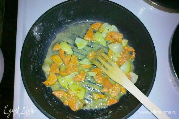 Обваливаем лук с морковью в крахмале (2 столовых ложек будет достаточно) и выкладываем на нагретую сковороду с оливковым маслом (лучше вок). Прихватываем до золотистого цвета.