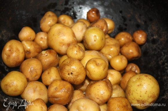 Картофель тщательно промыть, почистить щеточкой. Хорошо разогреть казан, влить столовую ложку масла и дать ему прокалиться. Всыпать чистый картофель, посолить, перемешать и накрыть плотной крышкой.