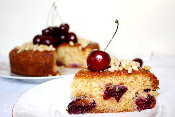 Готовый пирог смазать абрикосовым джемом.В центр выложить свежие ягоды,а вокруг ягод рассыпать орехи.Приятного аппетита!