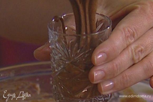 Разложить шоколадный мусс в прозрачные бокалы и поместить в холодильник на час.