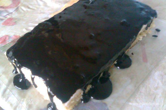 После заливаем наш торт глазурью,украшаем и снова в холод часика на 2.